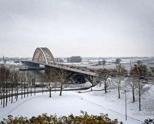 nijmegen-waalbrug-sneeuw